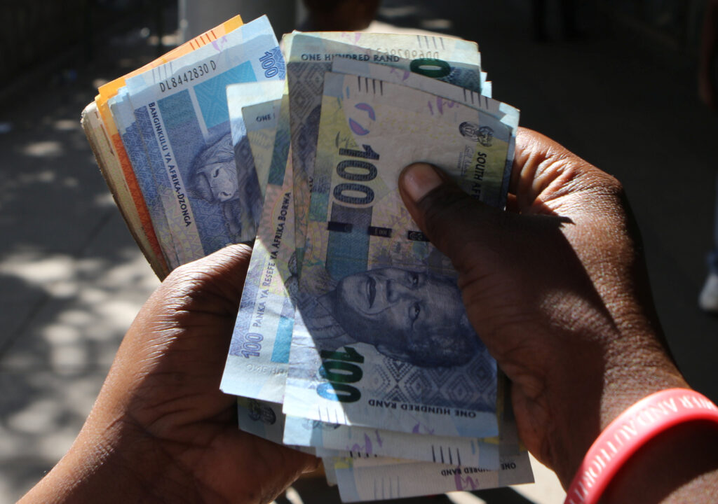 South Africa's Central Bank Expects Economy to Shrink 40.1%